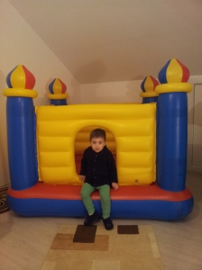 20122015-Andrei cu cadoul de la bunicu'Sandu.